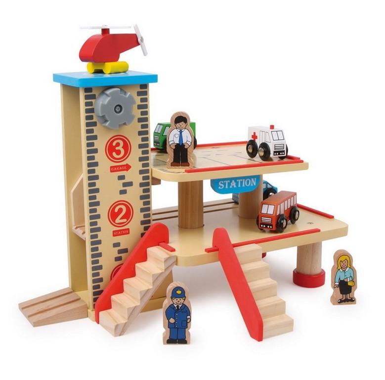 Houten speelgoed treinstation met parkeer en helicopterdek: https://www.ellysspeelgoedkraam.nl/stoere-houten-huisjes/station...
